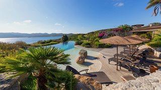 Der Pool des Hotels U Capu Biancu bietet einen herrlichen Blick auf das Meer.