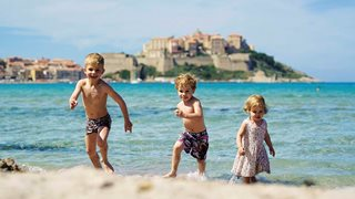 Wenige Gehminuten entfernt des Feriendorfes befindet sich der wunderschöne Strand von Calvi, der auch für Kinder perfekt geeignet ist