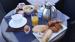 Das Frühstück im Hotel A Madonetta können Sie auch auf der Terrasse genießen.
