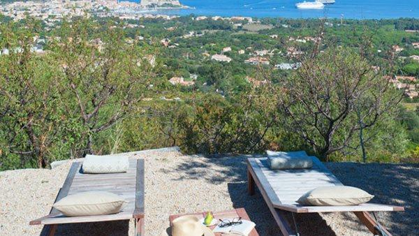 Zwei Liegestühle einer Unterkunft mit Aussicht auf die Natur in der Region Calvi