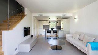 Die Wohnung T3 Costa Nera ist großzügig, modern und hell gestaltet.