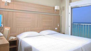 Ein klassisches Doppelzimmer im Hotel Le Beau Rivage mit Meerblick