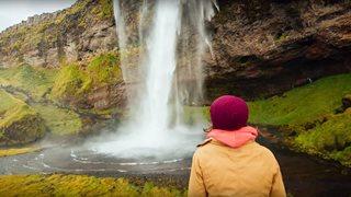 Ein idyllischer Wasserfall in Island