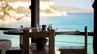 Ein weiterer Blick vom Strandrestaurant des Hotels U Capu Biancu auf das offene Meer.