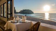 Ein gedeckter Tisch mit gekühltem Wein in einem Restaurant direkt am Strand von Tropea