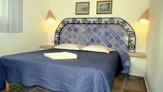 Das Schlafzimmer in den Minivillen Alba Marina ist gemütlich und schön farbig eingerichtet.