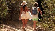 Paar spaziert durch die Natur zum Strand