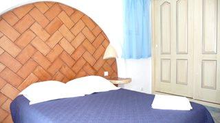 Die Schlafzimmer der Villa Aria di Mare sind eher schlicht und traditionell gehalten.