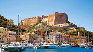 Yachthafen in Bonifacio mit der beeindruckenden Zitadelle im Hintergrund.