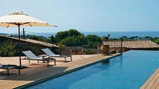 Am Pool des Hotels Les Bergeries de Palombaggia können Sie einen tollen Meerblick genießen.