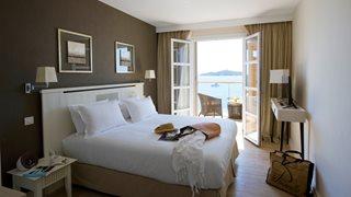 Die Zimmer im Hotel Le Pinarello sind gemütlich ausgestattet und laden zum Verweilen ein.