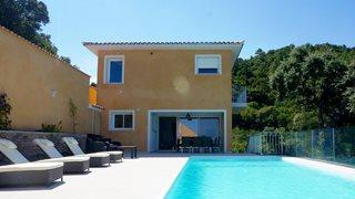 Die Villa Mare e Monte ist großzügig gebaut und bietet für bis zu 8 Personen Platz.