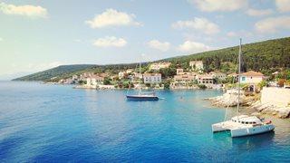 Die immergüne Natur von Lefkas trifft auf das strahlend blaue Meer