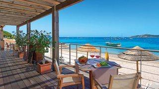 Von der Terrasse des Hotels Le Pinarello haben Sie direkten Zugang zum Strand.