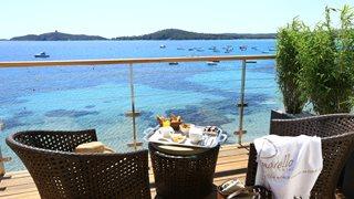 Die Zimmer im Hotel Le Pinarello sind mit einem Balkon und herrlichem Meerblick ausgestattet.