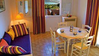 Die Wohnungen der Ferienanlage Marina di Santa Giulia sind freundlich eingerichtet mit ein paar farbigen Akzenten.