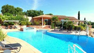 Die kleine Anlage Alba Marina bietet neben dem Pool mit Liegen auch einen Jacuzzi als Annehmlichkeiten.