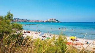 Der belebte aber auch ruhige Strand von Calvi ist nur wenige Gehminuten entfernt vom Feriendorf Zum Störrischen Esel