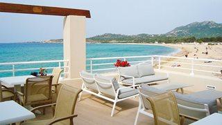 Die Terrasse im Hotel Le Beau Rivage mit Panorama Blick über das Meer