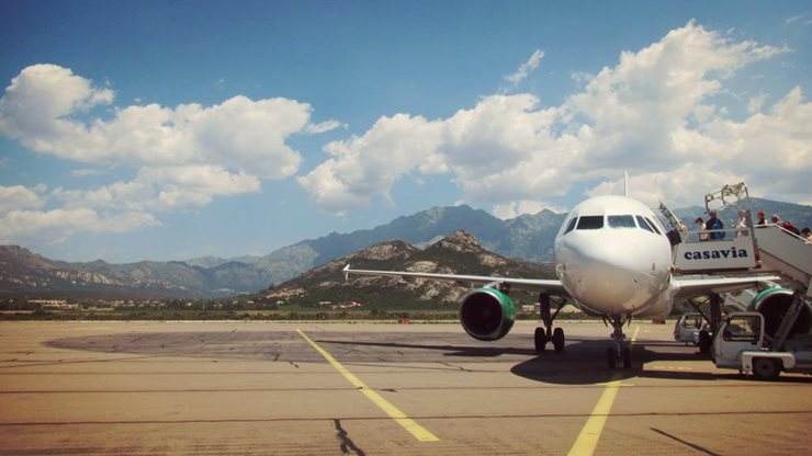 Flugzeug auf der Landebahn am Flughafen in Calvi