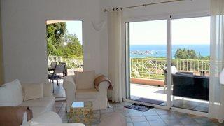 Die gemütliche Einrichtung der Villa Aria di Mare lädt zu entspannten Tagen auf Korsika ein.