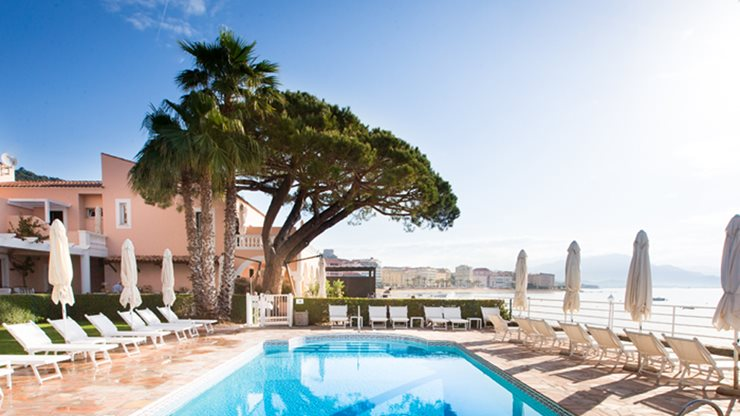 Poolbereich eines Hotels mit Meerblick