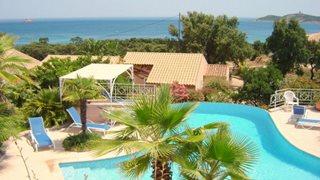 Vom Poolbereich des Feriendomizils Alba Marina haben Sie eine tolle Sicht auf das Meer.