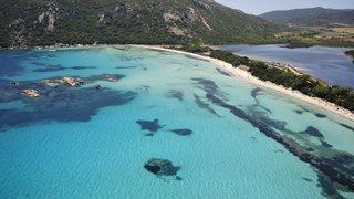 Die Ferienanlage Costa Nera ist nur wenige Schritte von der bekannten Santa Giulia Bucht entfernt.
