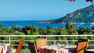 Mit einem Frühstück auf der Frühstücksterrasse des Hotels Castell' Verde können Sie gut gestärkt in den Tag starten.