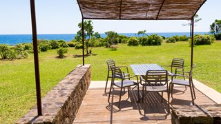 Auf der Terrasse der Anlage Domaine de Pianiccia können Sie sich entspannen und den tollen Meerblick genießen.
