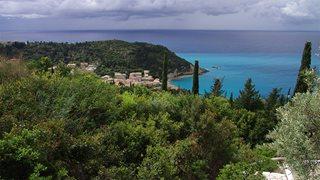 Das Dorf Agios Nikitas auf Lefkas umgeben von leuchtend grüner Natur und blauem Meer