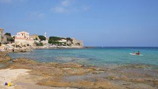 Eine Bucht im ursprünglichen Fischerdorf Algajola auf Korsika