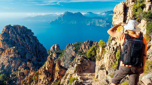 Ein Wanderer in der Felsenlandschaft der Clanche in die Ferne Richtung Meer