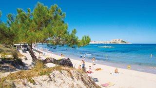 Der belebte Sandstrand von Calvi auf der Sonneninsel Korsika