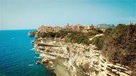 Die Küstenfelsen und Stadt von Bonifacio