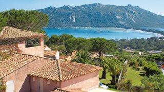 Genießen Sie den herrlichen Blick zur Santa Giulia Bucht von Ihrem Feriendomizil Marina di Santa Giulia.