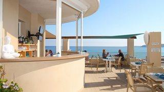 Die Frühstücksterrasse des Hotels Le Beau Rivage direkt an der Küste Korsikas