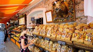 Reisende entdeckt in der Altstadt von Calvi die Köstlichkeiten der lokalen Kulinarik.
