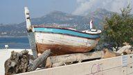 Altes Fischerboot steht in Ufernähe in der Region Calvi